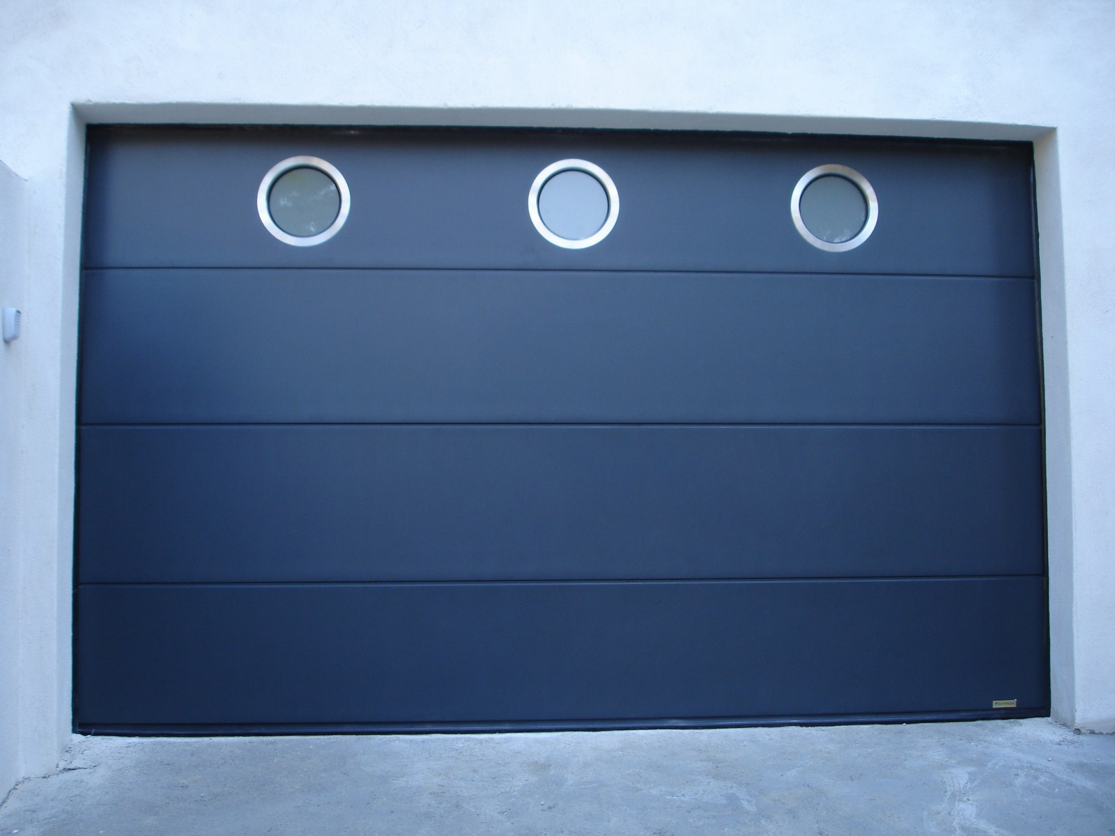 Porte de garage sectionnelle avec hublots ronds alu for Porte de garage avec pose