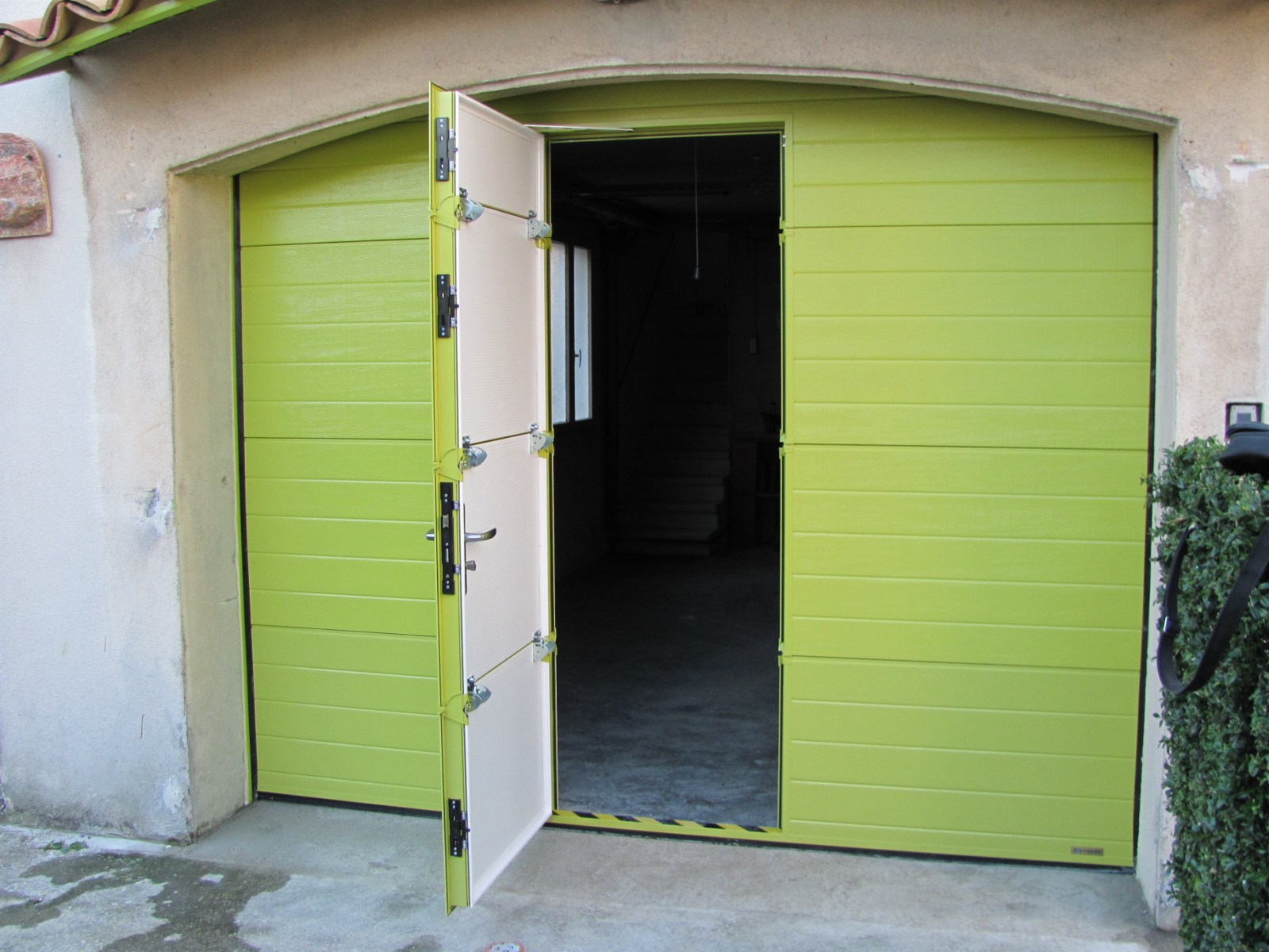 Porte sectionnelle garage avec portillon for Porte de garage couleur bordeaux